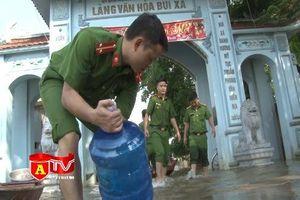 Lực lượng Công an chung tay cùng người dân vùng lũ khắc phục hậu quả