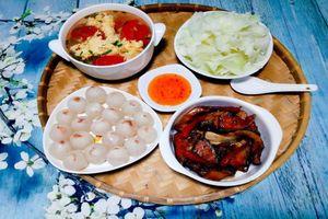 Mâm cơm với cá bóp kho tộ rất hấp dẫn cho bữa cơm ngày mát trời