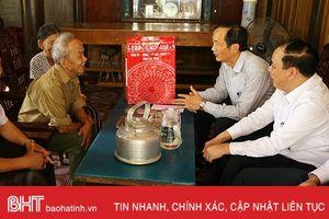 Phó Chủ tịch UBND tỉnh tặng quà gia đình người có công ở Hương Khê