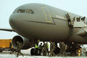 Anh dùng máy bay quân sự đắt đỏ để chở khách du lịch
