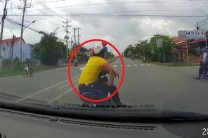 Clip: Thanh niên đi Exciter đánh võng, dừng đột ngột trêu ngươi tài xế ô tô