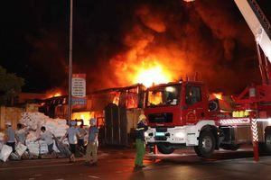 Cháy lớn trong đêm thiêu rụi chợ Gạo và nhà máy nhựa ở TP Hưng Yên