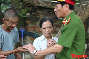 Thiếu tướng Đoàn Việt Mạnh đã đến thăm hỏi, động viên gia đình thiếu úy Bùi Minh Quý