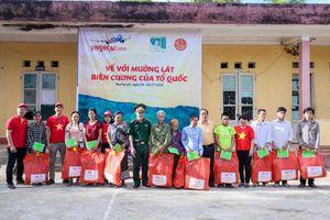 Vietjet cùng quỹ Mãi mãi tuổi 20 tặng quà người dân huyện Mường Lát