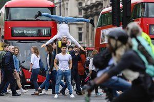 Người Anh phấn khích vì Quốc Cơ - Quốc Nghiệp diễn xiếc giữa phố