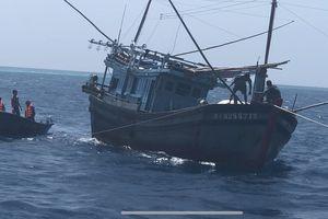 Tàu 740 cứu 5 ngư dân bị nạn trên Quần đảo Trường Sa