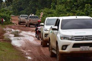 Ảnh, Clip: Dòng xe nối đuôi nhau vào tâm lũ Attapeu cứu trợ
