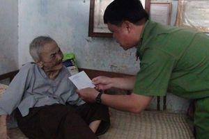 Công an tỉnh Trà Vinh tặng quà cho gia đình chính sách