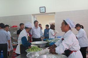 Hà Nội: Bếp ăn tập thể Bệnh viện Đông Anh không đảm bảo vệ sinh, rửa bát không sạch