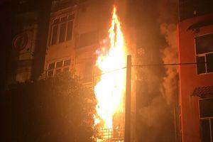Hà Nội: Quán karaoke 5 tầng bốc cháy trong đêm, khách và nhân viên bỏ của chạy lấy người