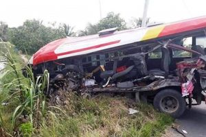 Ô tô khách tông xe đầu kéo, nhiều người bị thương nặng