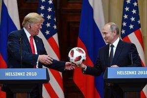 Nóng: 'phát hiện' chíp truyền tín hiệu trong quả bóng của TT Putin tại Helsinki