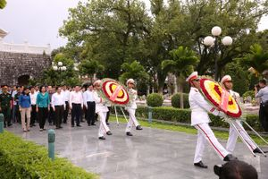 Thủ tướng Nguyễn Xuân Phúc gửi vòng hoa viếng Nghĩa trang liệt sỹ Đồi A1