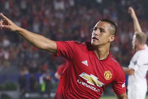 Sanchez ghi bàn, MU chật vật hạ Milan trên chấm 11m