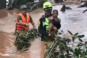 Xúc động khoảnh khắc đội cứu hộ giải cứu các nạn nhân mắc kẹt sau sự cố vỡ đập tại Lào