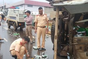 Đắk Lắk: Xe tải chở bia bị xe ben tông văng trên đường