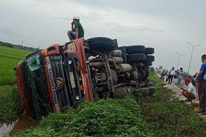 Tông đuôi xe tải, xe container lật nghiêng bên đường