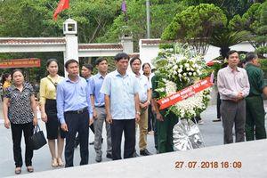 Báo NNVN dâng hương, dâng hoa tại ngã ba Đồng Lộc