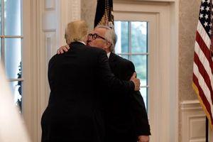 Nụ hôn gây chú ý của lãnh đạo châu Âu và Tổng thống Trump
