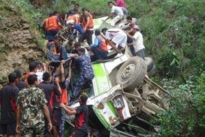 Xe buýt chở giảng viên và sinh viên Đại học Nông nghiệp rơi xuống vực