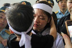 Người thân khóc nghẹn trước linh cữu hai phi công hy sinh khi bay huấn luyện