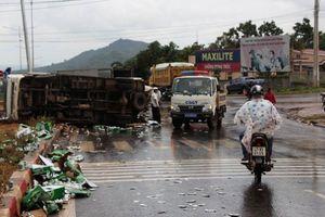 Đắk Lắk: Va chạm giao thông với xe chở bia, nhiều lon bia rơi vãi ra đường