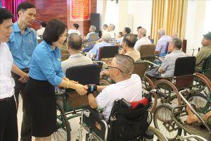 Thăm và tặng quà bà mẹ Việt Nam Anh hùng