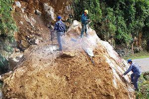 Lở đá khổng lồ chia cắt quốc lộ 279D ở Sơn La