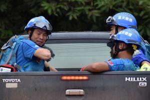 Xe cứu hộ vượt bùn nhão đến vùng lũ ở Lào