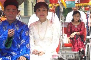 Clip: Diễn viên Công Lý, Minh Hòa ngồi chung xích lô dạo Hồ Gươm