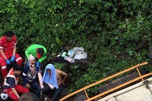 Xe tải chở hàng cứu trợ của Lào rơi xuống sông, 3 người thương vong