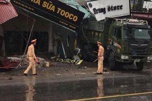 Xe tải tông sập nhà dân, hai mẹ con tử vong