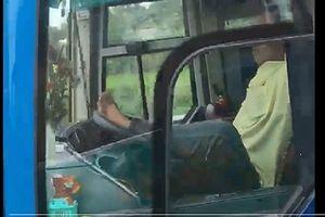 Sa thải tài xế lái ô tô khách bằng chân trên cao tốc Trung Lương-TP.HCM