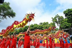 Hàng nghìn du khách và người dân Thủ đô hòa mình trong lễ hội đường phố sôi động