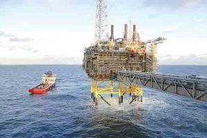 Ả Rập Saudi dừng xuất dầu qua Biển Đỏ, giá dầu khép lại tuần tăng mạnh