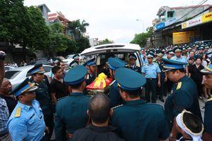 Hàng nghìn người dân cùng đồng đội nghẹn ngào đón liệt sĩ phi công Khuất Mạnh Trí về với đất mẹ
