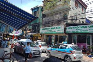 Taxi hỗn loạn cổng BV Nhi Trung ương: Người đến bệnh viện bức xúc