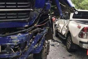 Nữ tài xế xe bán tải biển số Lào thoát chết trong gang tấc