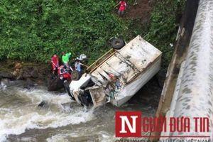 Lào: Xe chở hàng cứu trợ lật xuống sông, 1 người tử vong