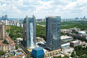 Thác nước nhân tạo 108 mét trên tòa nhà cao tầng ở Trung Quốc