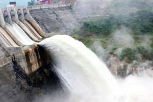 Thủy điện lớn nhất Nghệ An xả lũ trước khi mưa