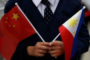 Trung Quốc tặng tàu tuần tra và súng phóng lựu cho Philippines