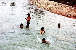 Nghệ An: Rủ nhau ra suối tắm, 3 em nhỏ tử vong