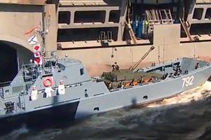 Tình huống hy hữu xảy ra trước mắt Tổng thống Putin trong lễ duyệt binh Hải quân