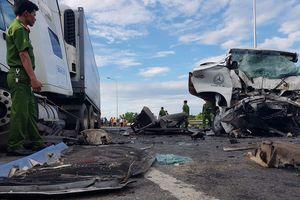 Tai nạn thảm khốc: Xe đón dâu va chạm xe đầu kéo, 13 người chết