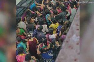 Cảnh tượng kinh hoàng tại ga tàu hỏa ở Ấn Độ vào giờ cao điểm