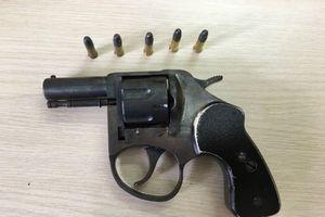 Cần làm rõ 'điểm lạ' trong vụ án 'vợ bắn chồng' tại Hà Nội