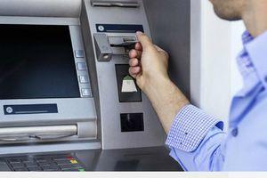 Cướp tiền của người ngoại quốc trong trụ ATM
