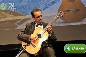 Nghệ sỹ Enrique Munoz biểu diễn trên cây đàn Swallow Guitars mang thương hiệu Việt