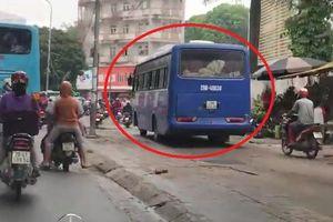 Clip: Xe khách nối đuôi xe máy, lũ lượt leo lên vỉa hè để thoát tắc đường ở Hà Nội